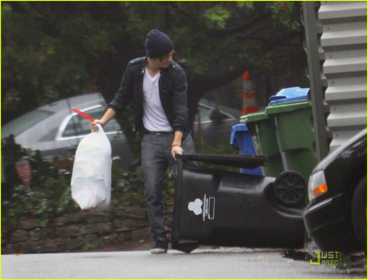 zac efron takes out the trash 14