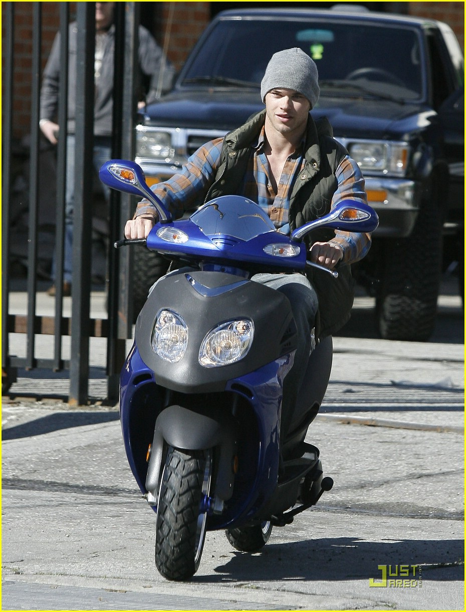 kellan lutz scooter shopper 05