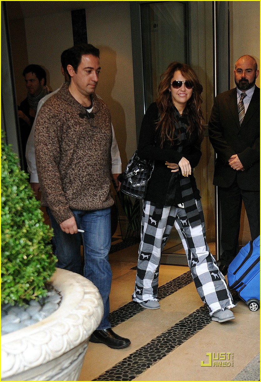 miley cyrus leaving london hotel 06