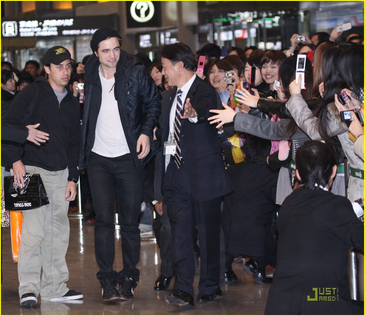 robert pattinson narita airport 10