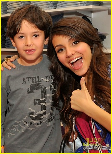 simon curtis victoria justice signing 05