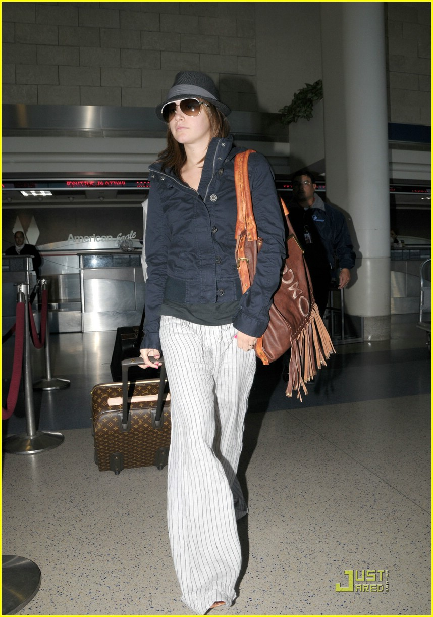ashley tisdale leaving lax 03