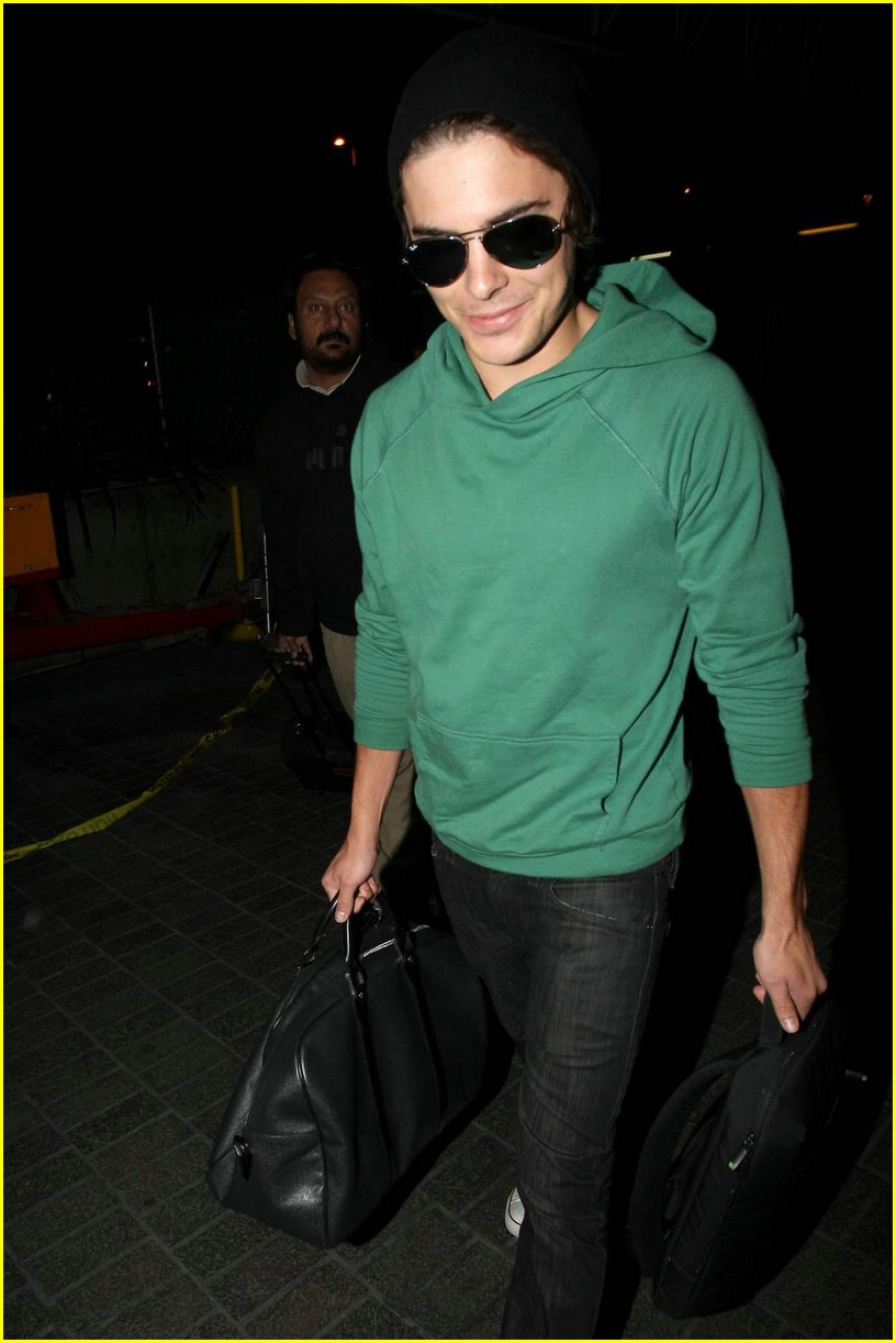 zac efron heads to sydney 06