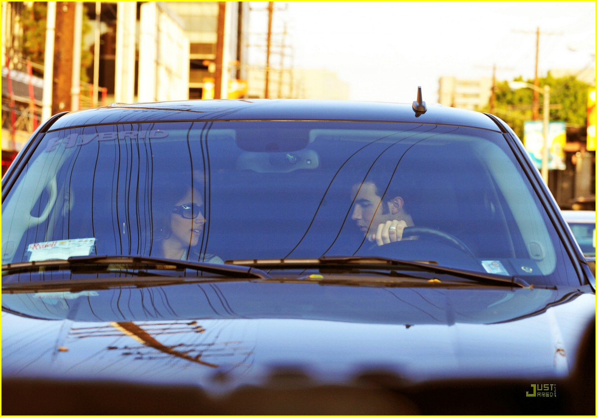kevin jonas danielle deleasa kissing car 04