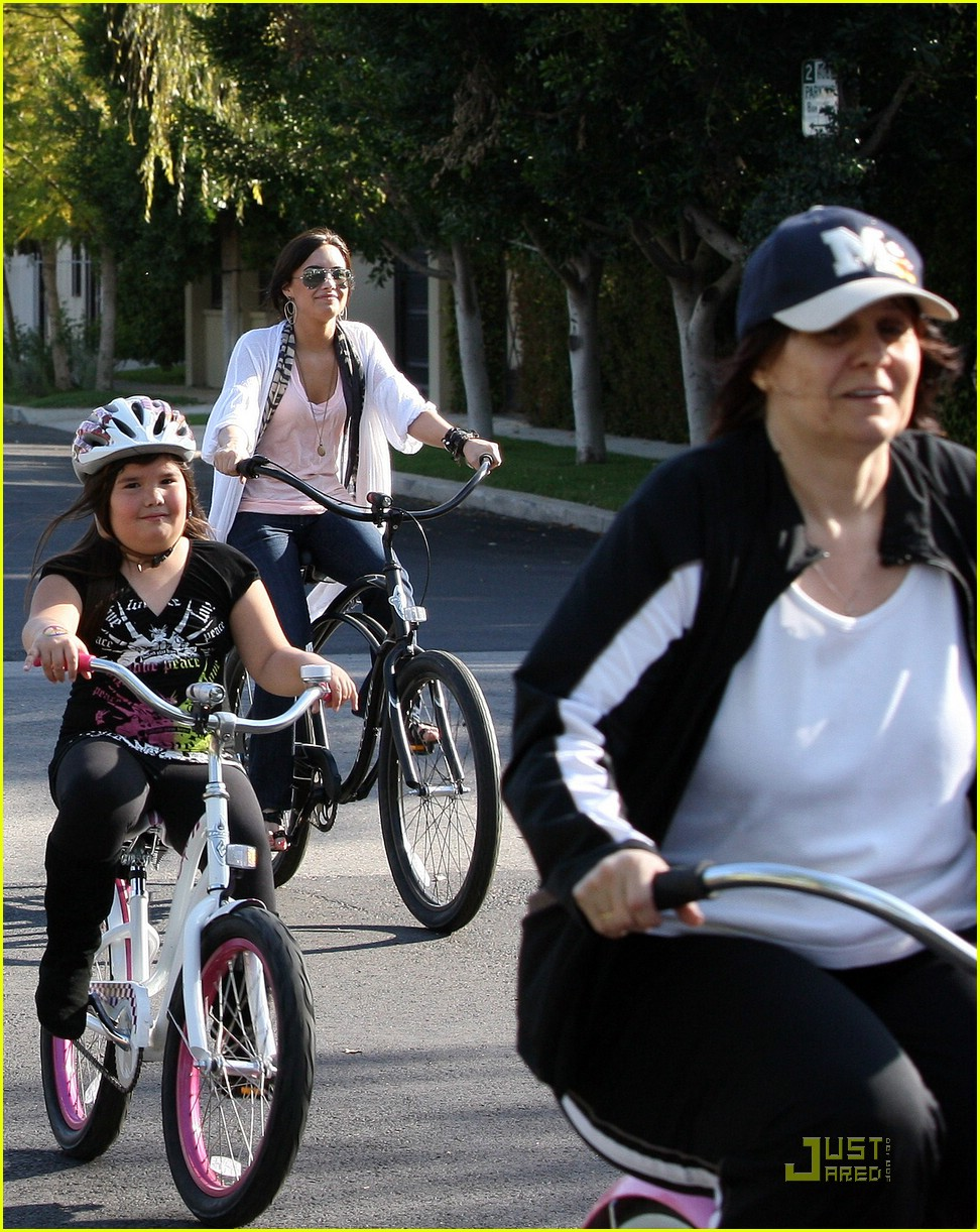 demi lovato madison del algarza bike ride 02