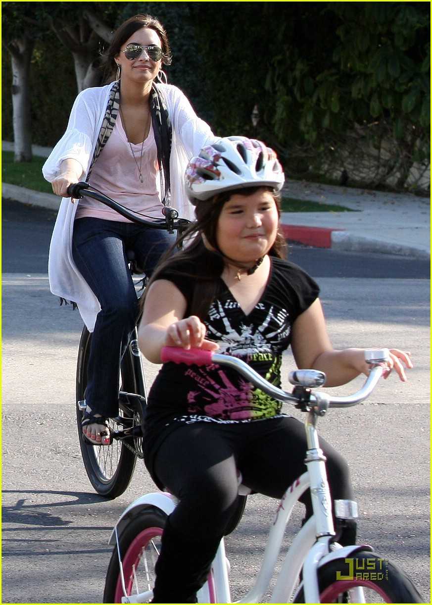 demi lovato madison del algarza bike ride 10