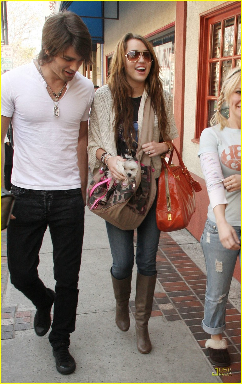 miley cyrus justin gaston market city 01
