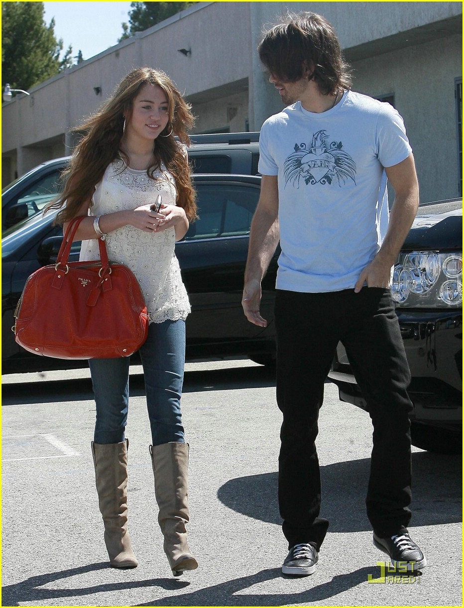 miley cyrus justin gaston studio cafe 02