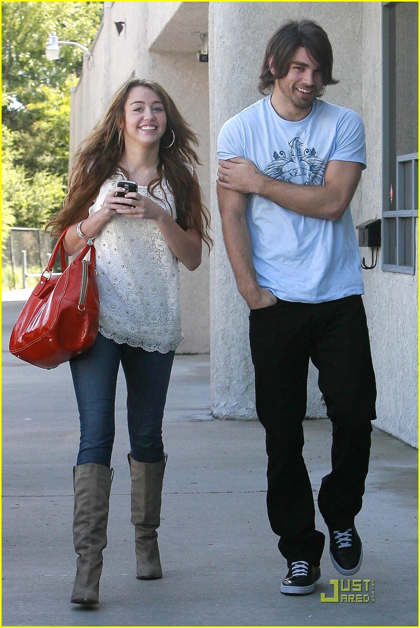miley cyrus justin gaston studio cafe 05