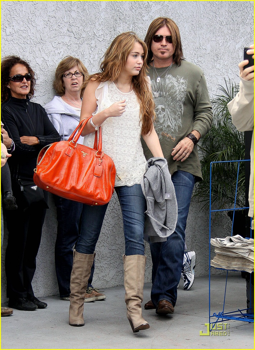 miley cyrus justin gaston studio cafe 19