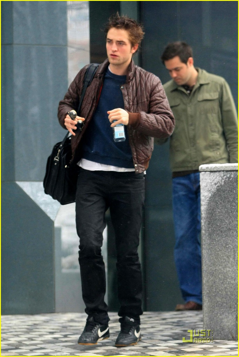 robert pattinson canuck coffee 08