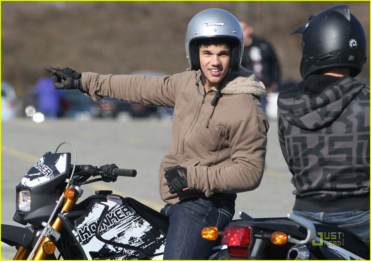 taylor lautner dirt bike 01