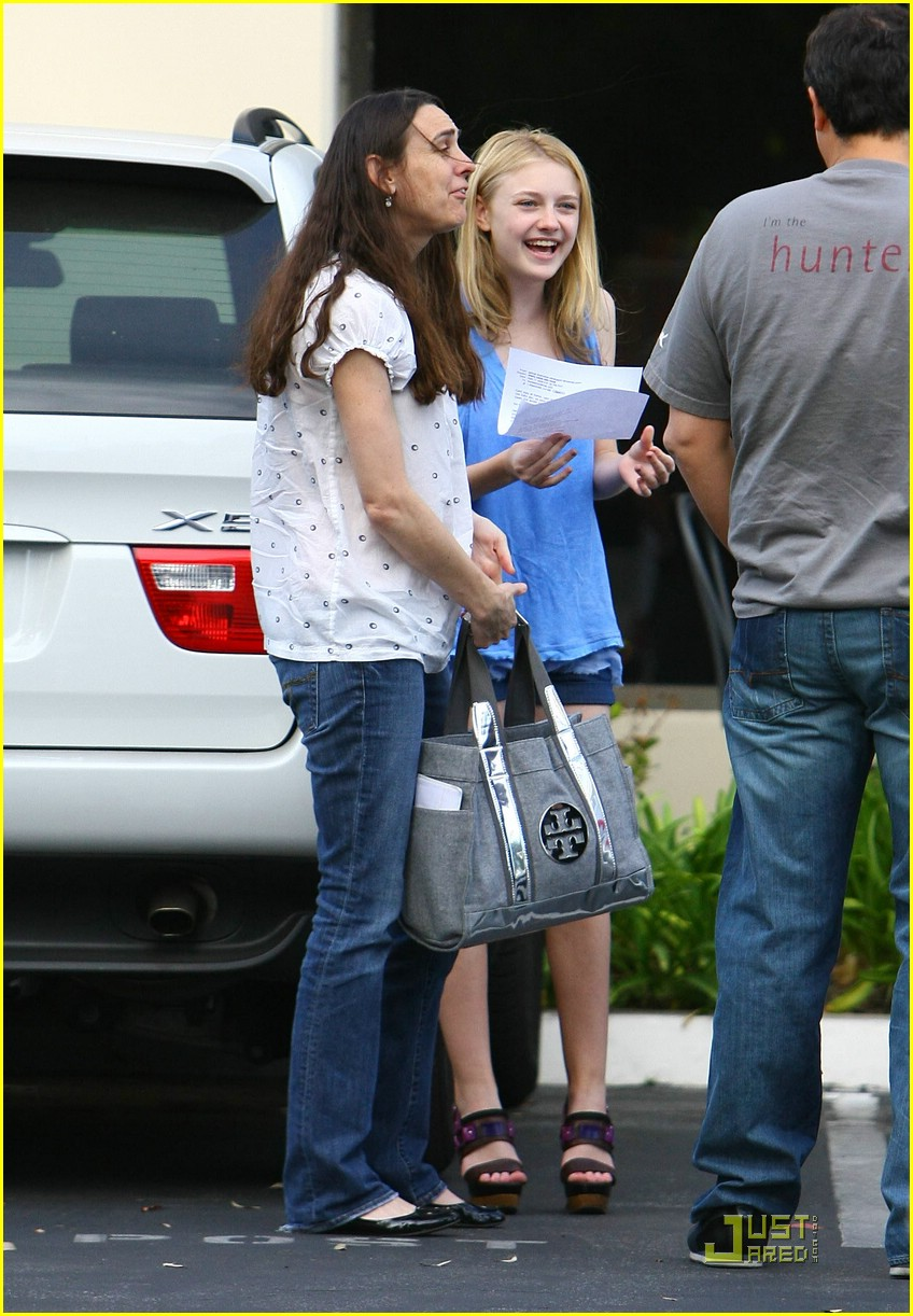 dakota fanning giggly girl 01