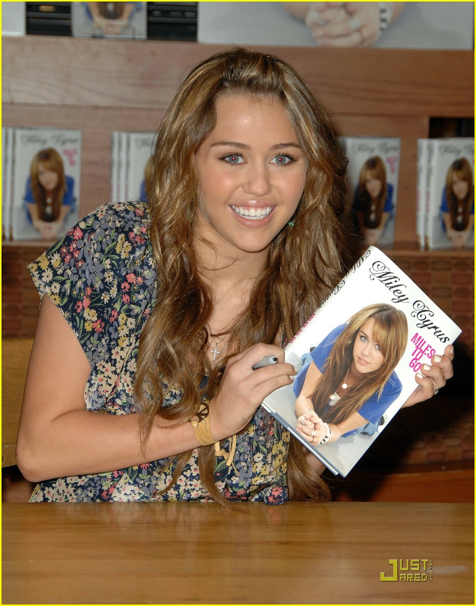 miley cyrus book signing nashville 06