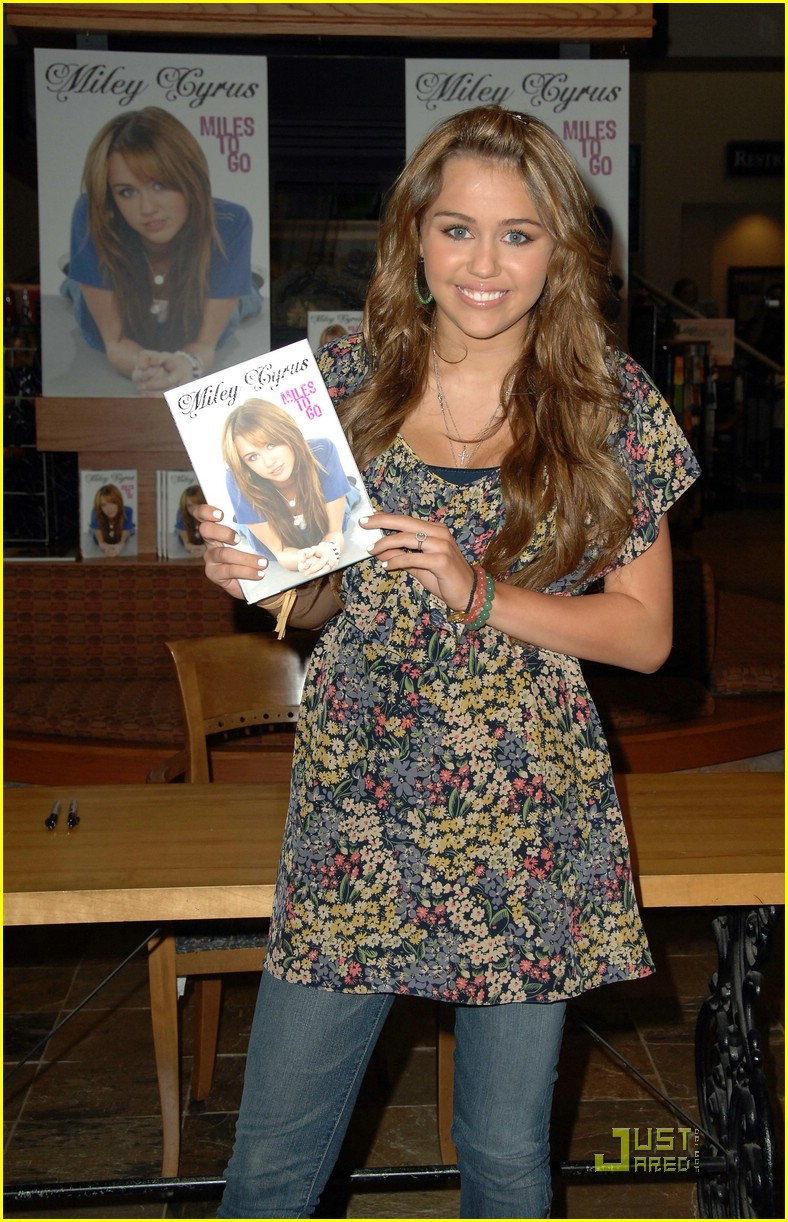 miley cyrus book signing nashville 10