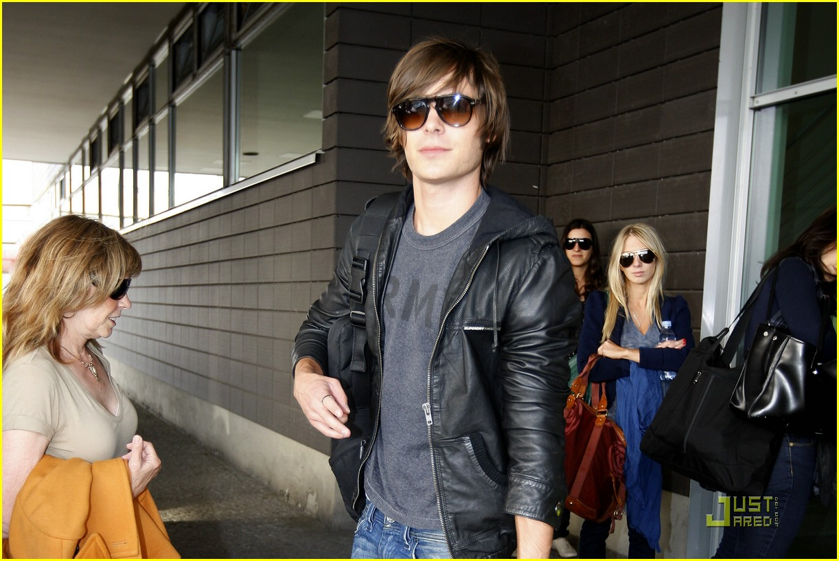 zac efron tegal airport 03