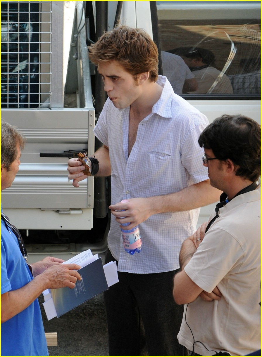 robert pattinson new moon munchies 01