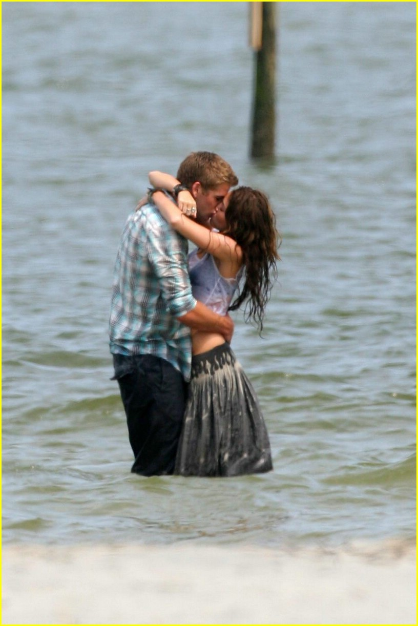 miley cyrus liam hemswroth kiss 02