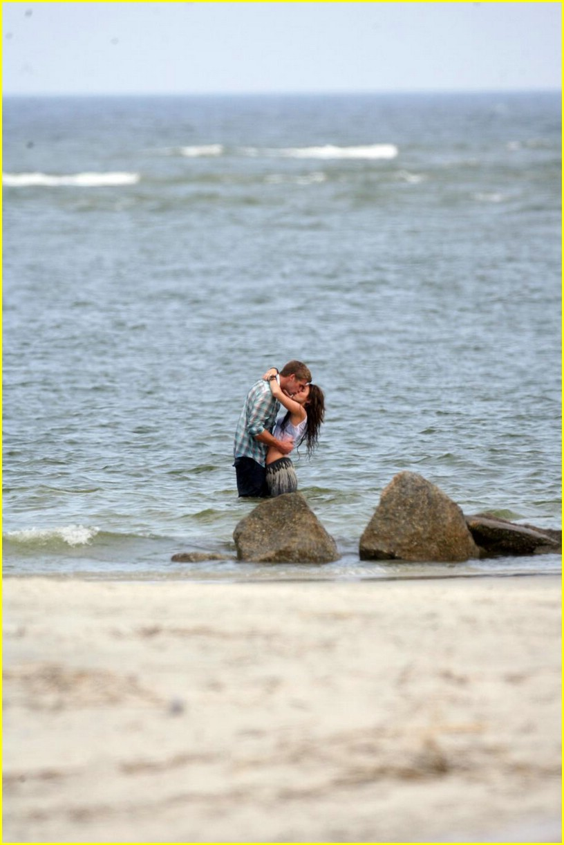 miley cyrus liam hemswroth kiss 03