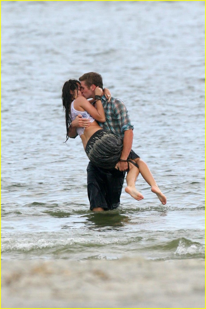 miley cyrus liam hemswroth kiss 07