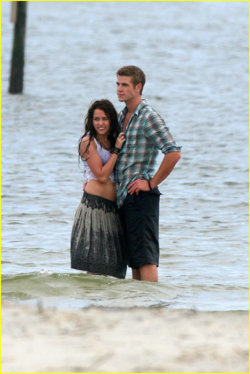 miley cyrus liam hemswroth kiss 11