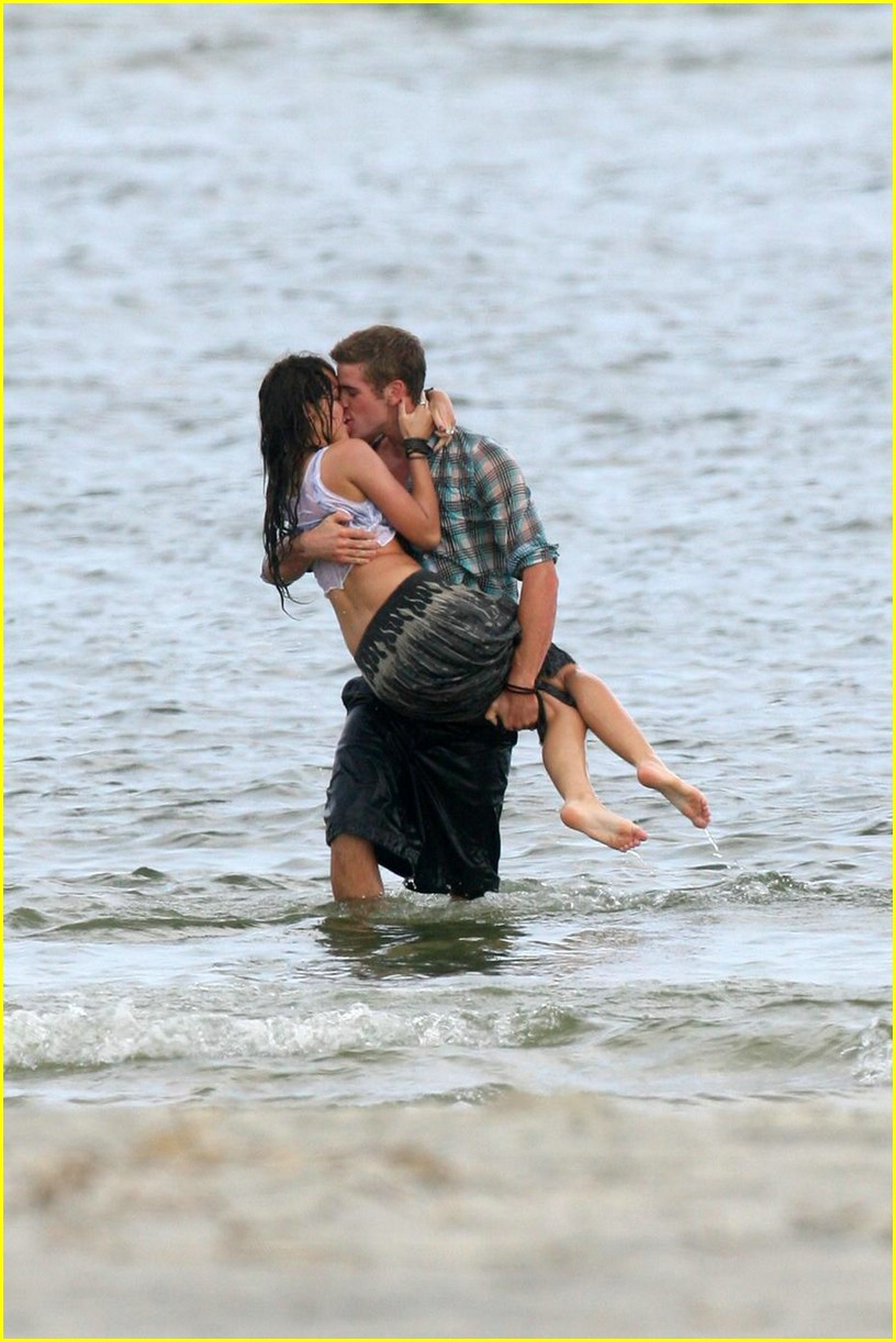 miley cyrus liam hemswroth kiss 13