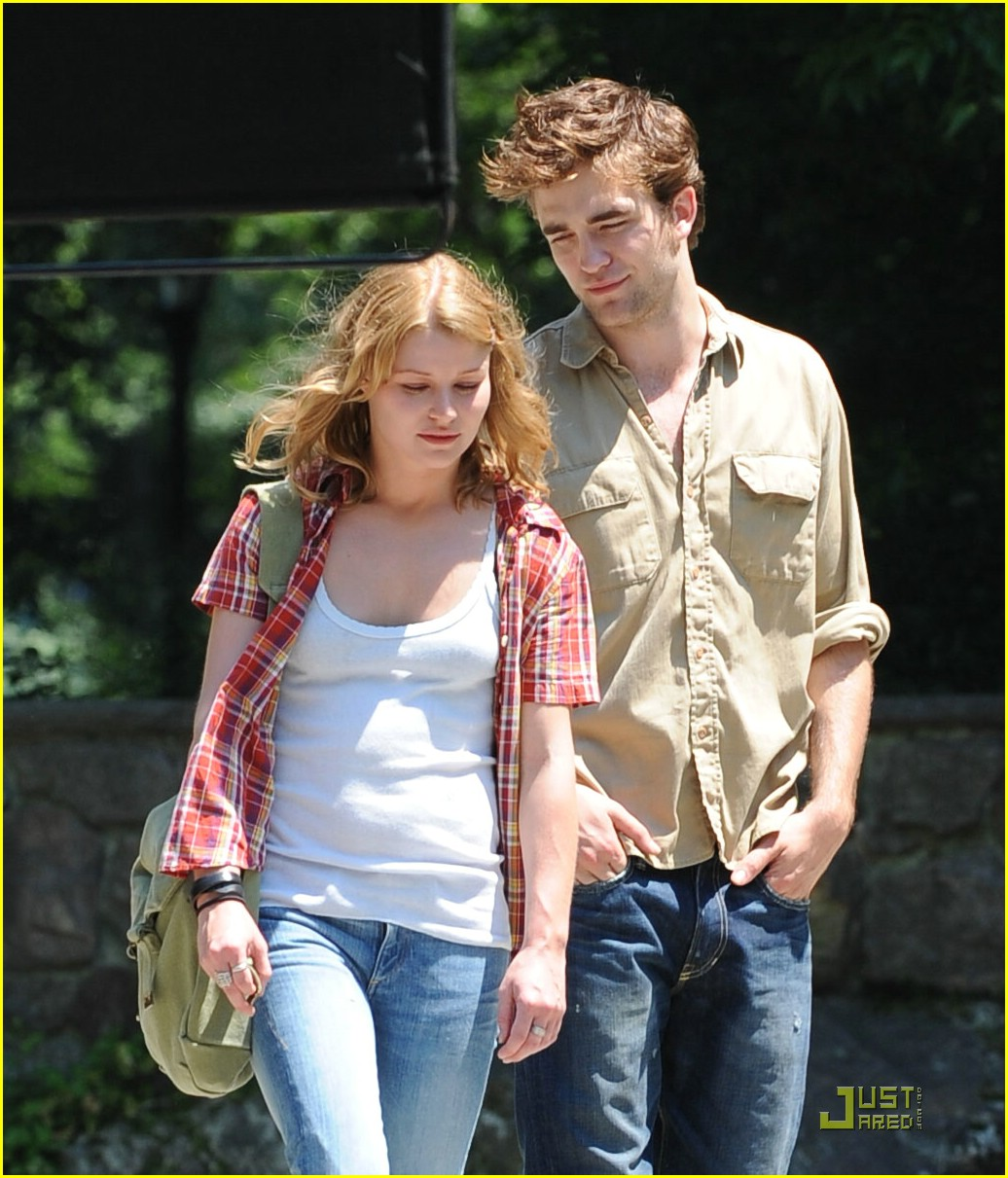 robert pattinson emilie de ravin stroll central park 02