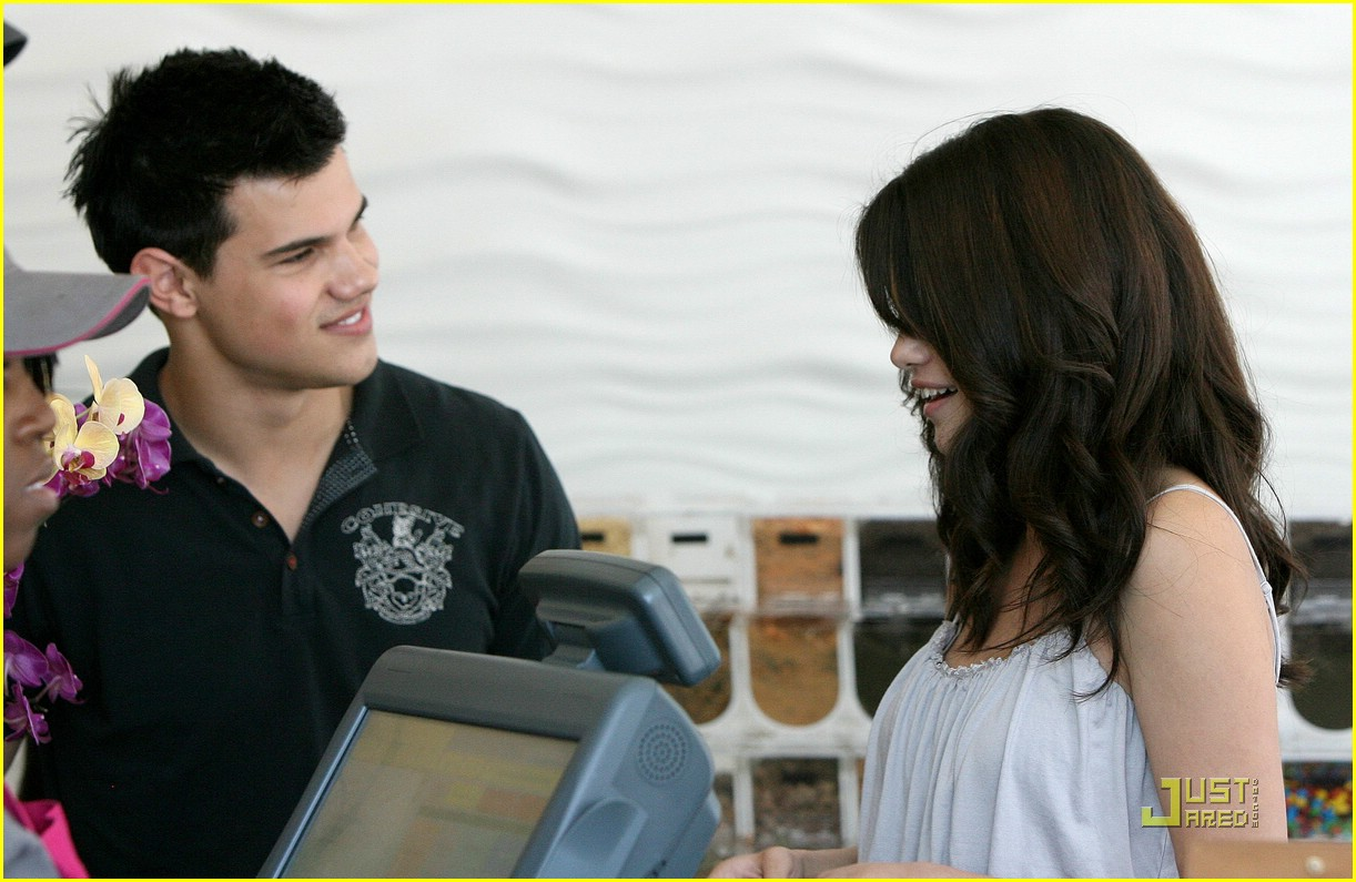 selena gomez taylor lautner froyo 01