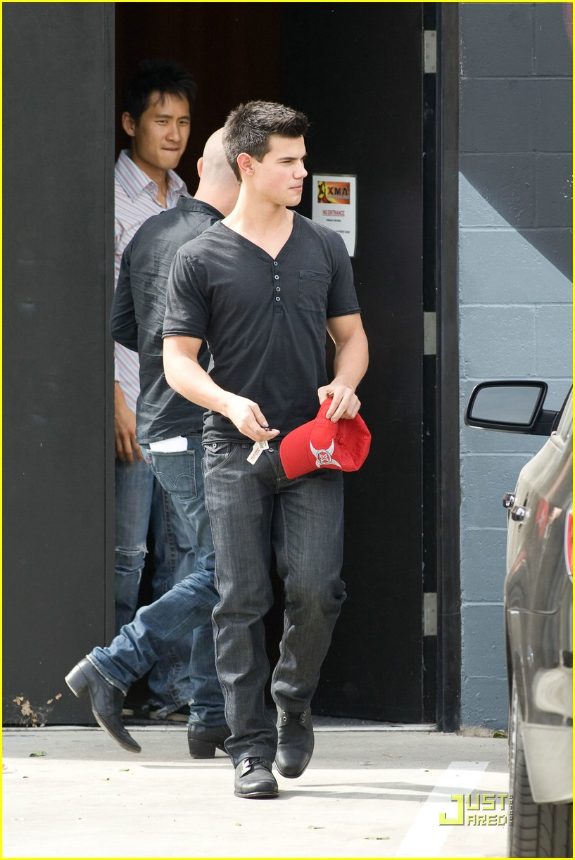 taylor lautner grabs grub grill 05