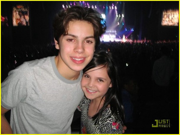 bailee madison zoe jingle ball 05