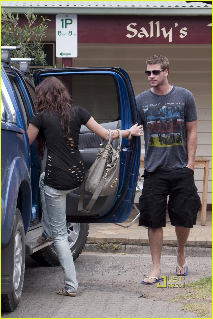 miley cyrus liam hemsworth holding hands 01