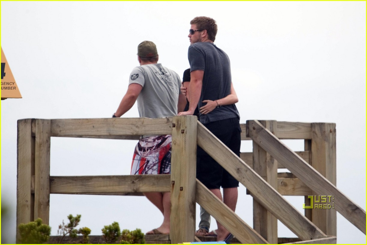 miley cyrus liam hemsworth holding hands 03