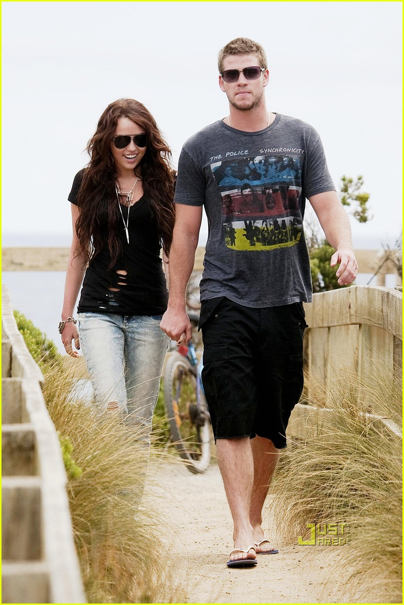 miley cyrus liam hemsworth holding hands 06