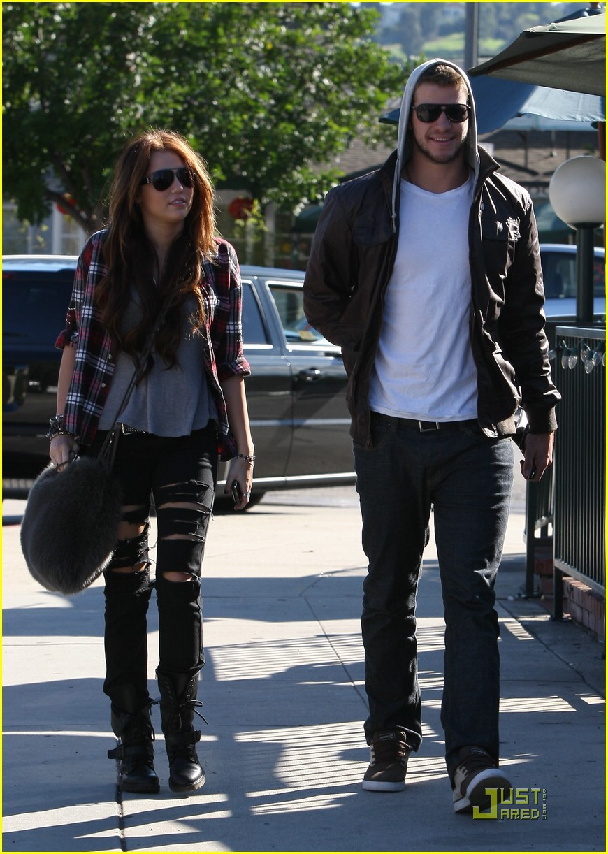 miley cyrus liam hemsworth starbucks 03