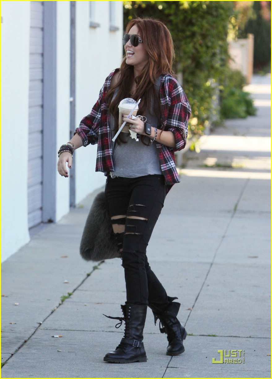 miley cyrus liam hemsworth starbucks 10