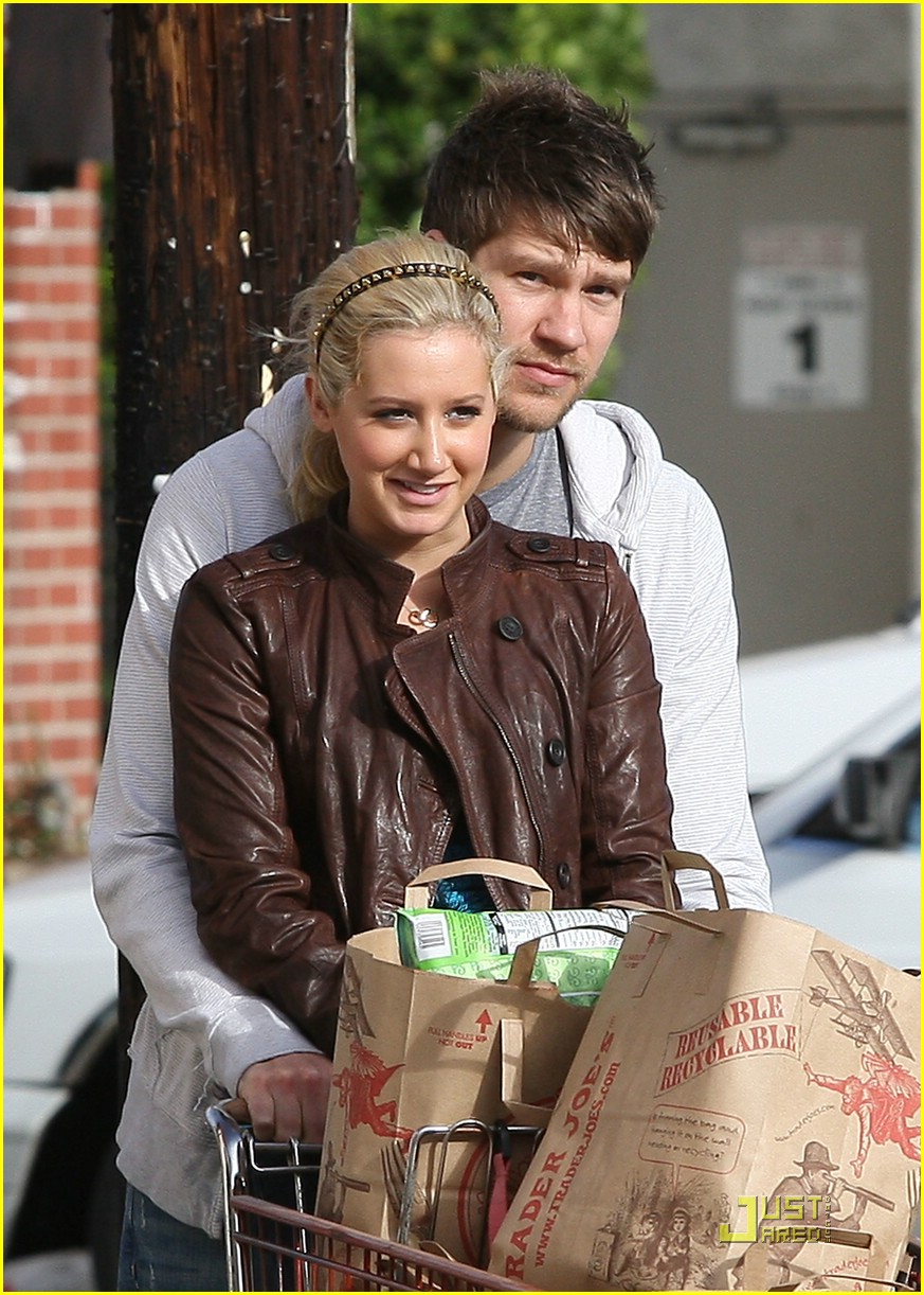 ashley tisdale scott speer trader joes 04