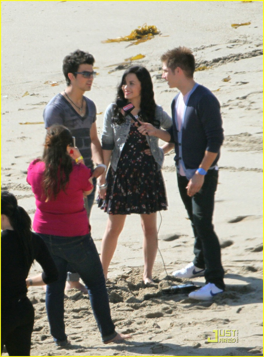 joe jonas demi lovato wave beach 02