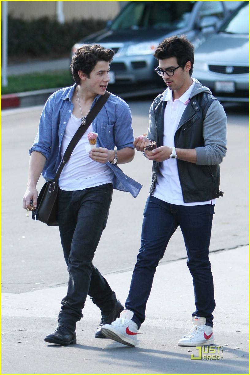 joe nick jonas ice cream 19