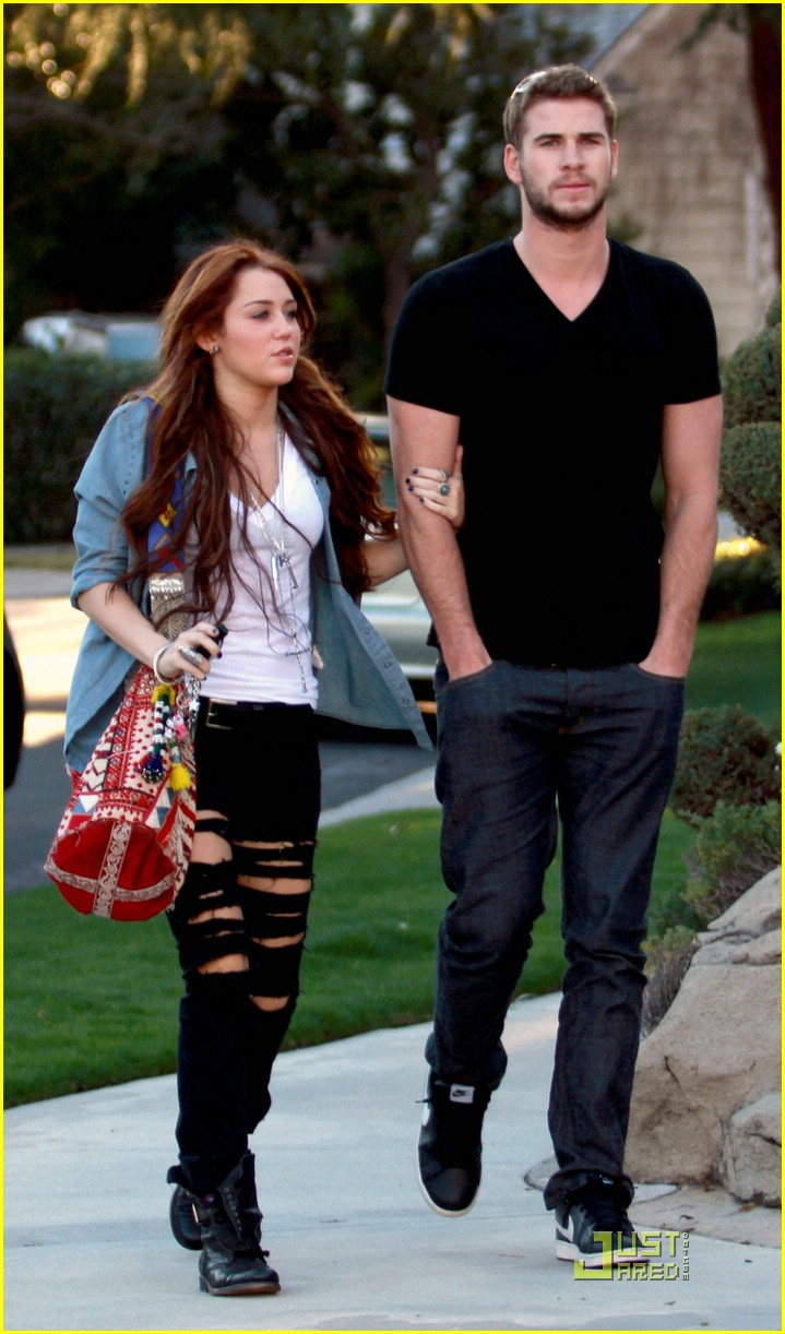 miley cyrus super bowl sunday liam hemsworth 09