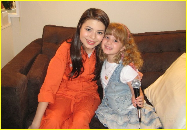 miranda cosgrove spaces out 01