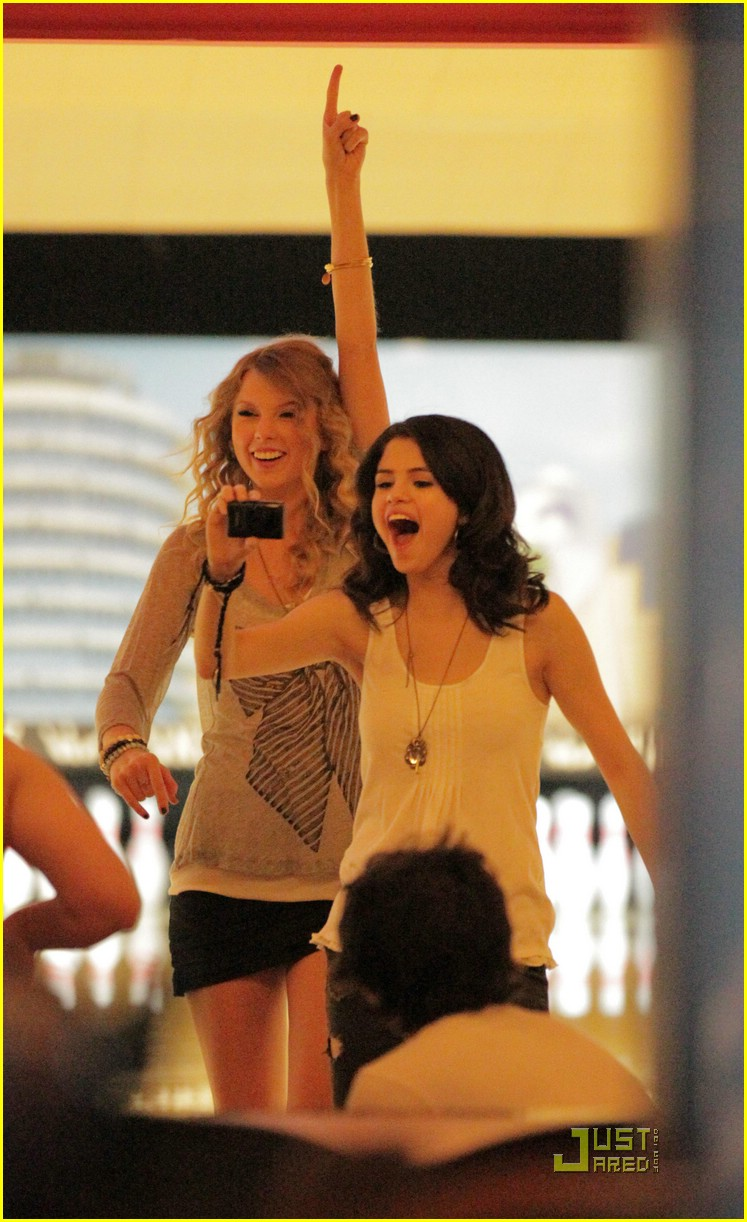 selena gomez taylor swift bowling party 05