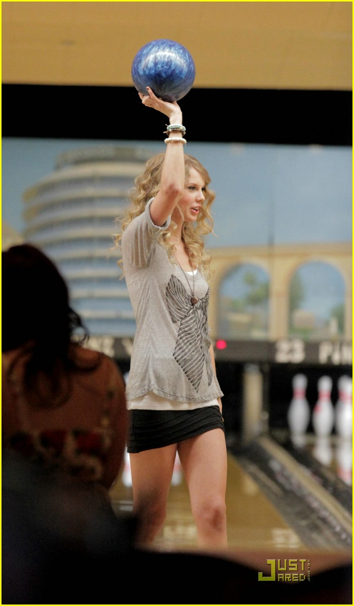 selena gomez taylor swift bowling party 24