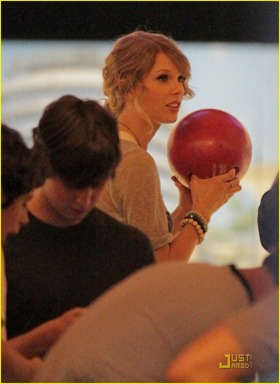 selena gomez taylor swift bowling party 43