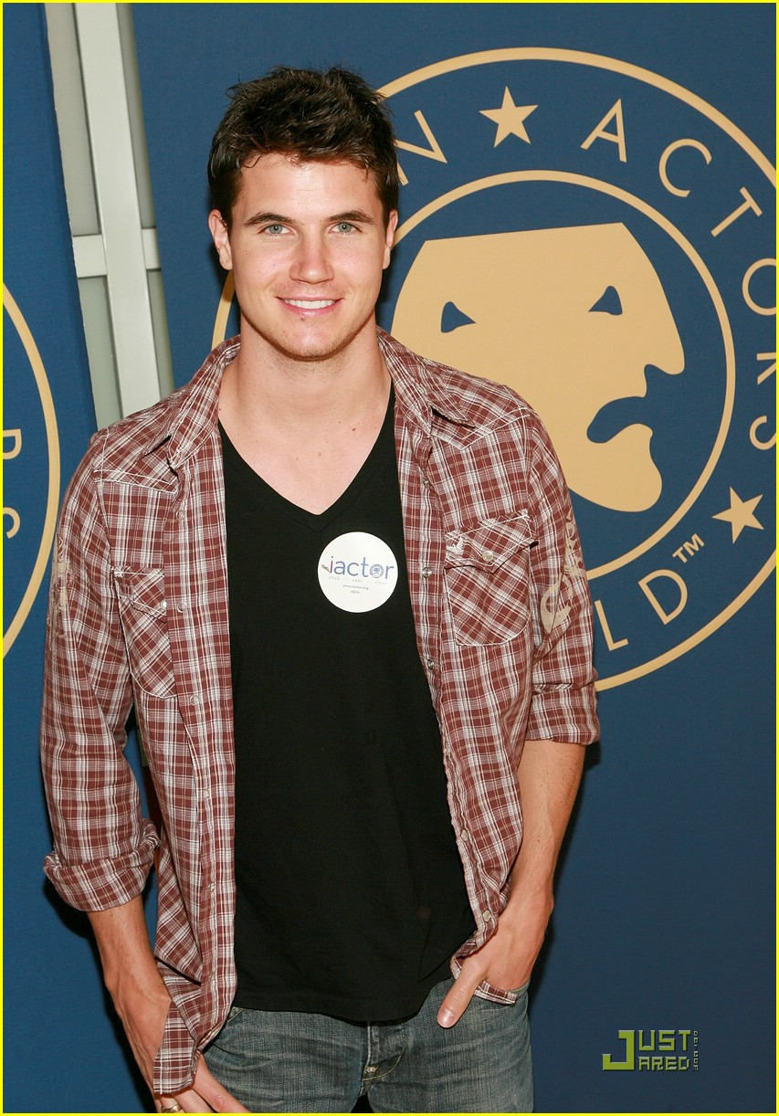 daniella monet robbie amell sag 07