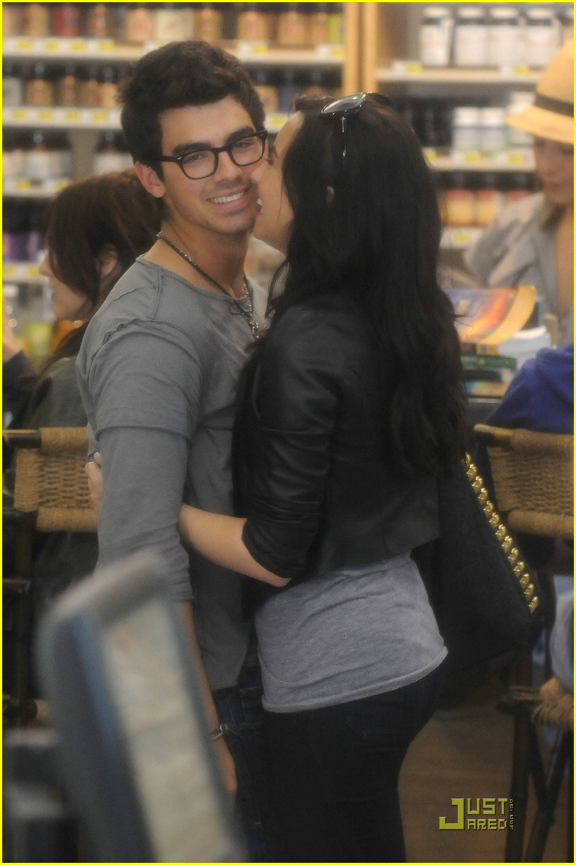 joe jonas demi lovato giggly grocery 01