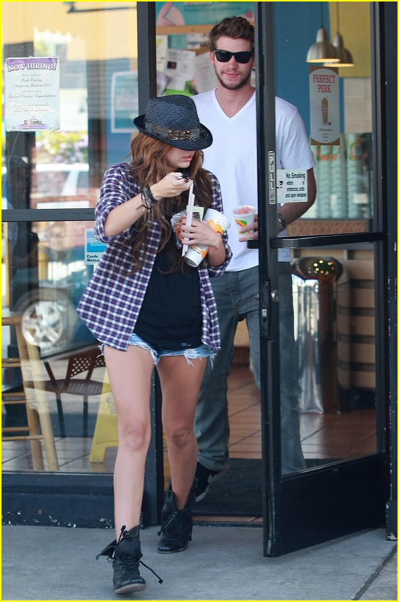 miley cyrus liam hemsworth smoothies 05