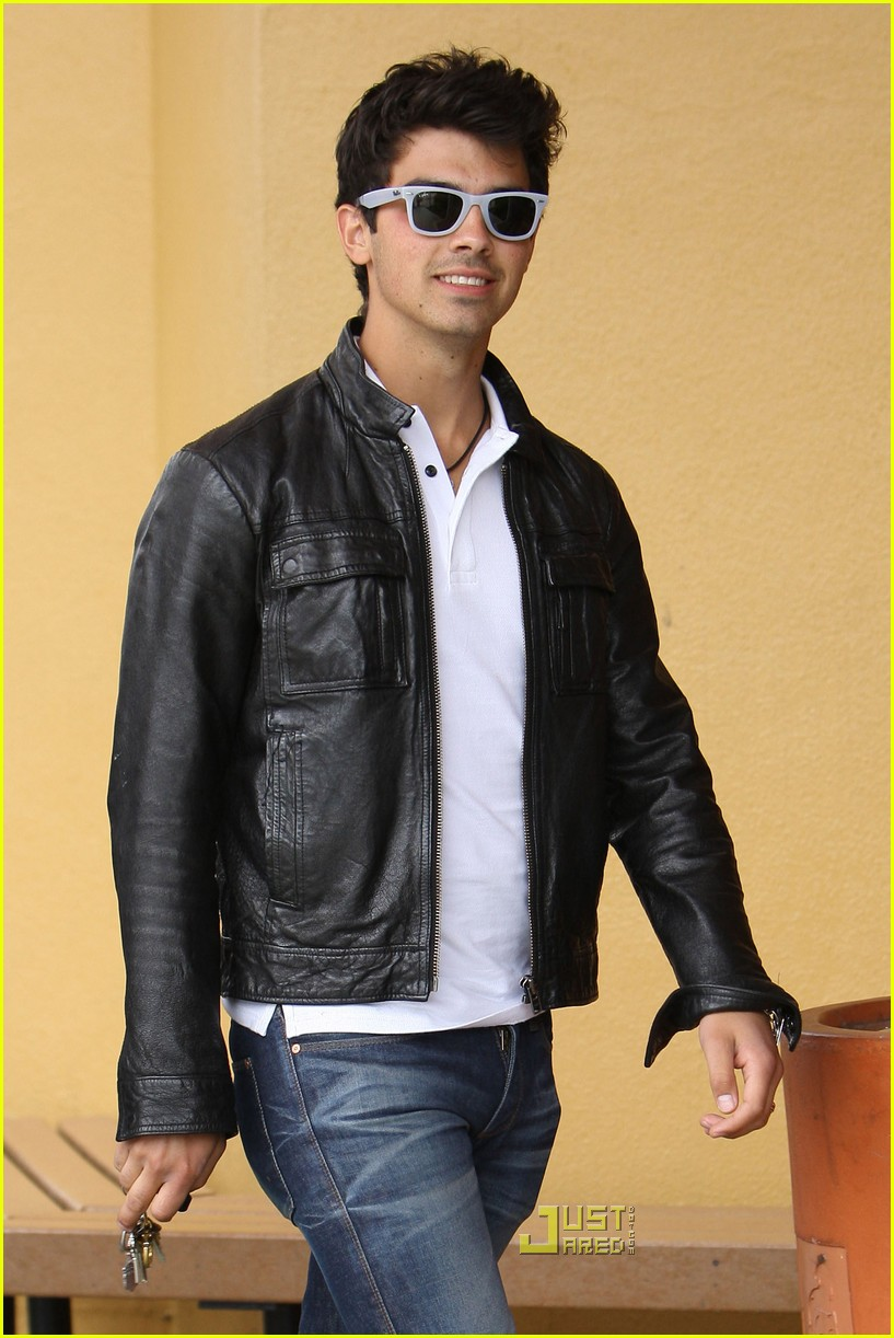 joe jonas patys restaurant nick jonas 04