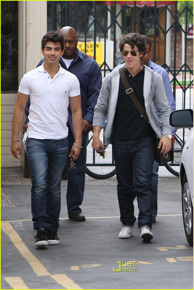joe jonas patys restaurant nick jonas 14