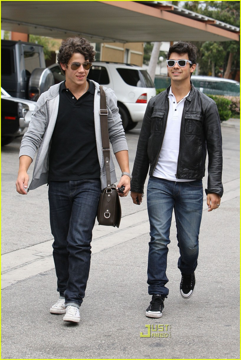 joe jonas patys restaurant nick jonas 17