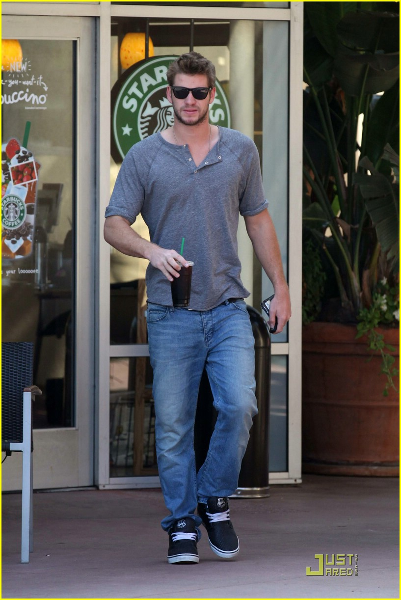 liam hemsworth starbucks stud 01